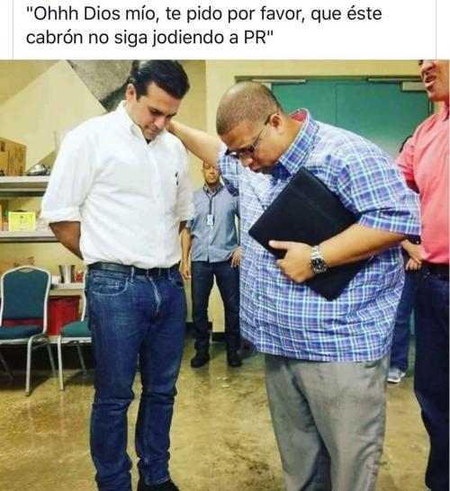 Hector El Father Orando